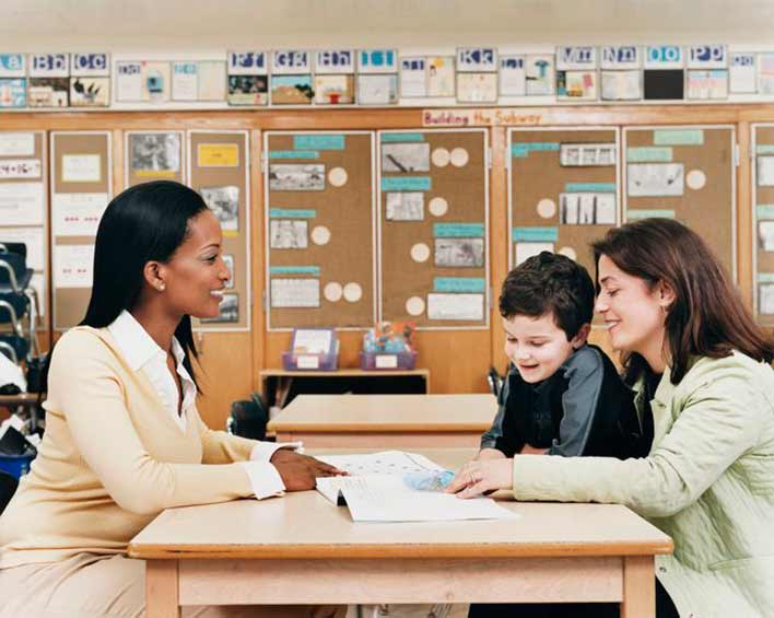 با معلمان و مربیان فرزندتان در ارتباط باشید