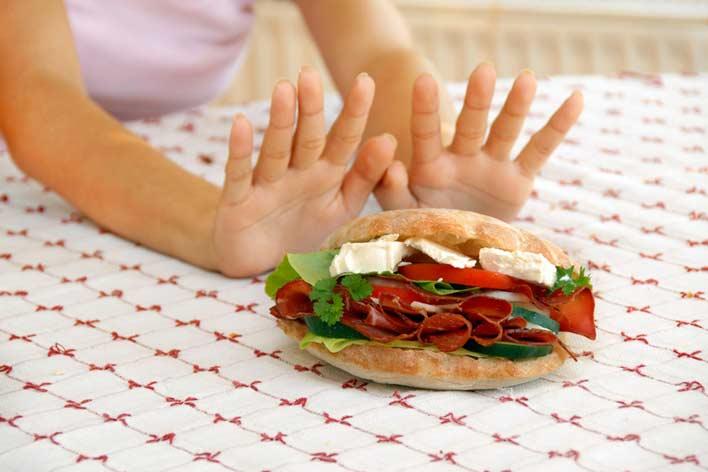 پرهیز از خوردن غذاهای سنگین و پر کالری